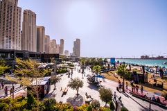 ДУБАЙ - 11 12 2015 - Повышенный взгляд заново раскрытой деревни пляжа Jumeirah в Дубай Стоковые Изображения RF