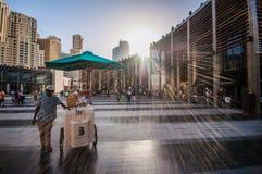 11 Дубай 12 2015 - Продавец еды улицы нажимает его тележку через заново раскрытое развитие деревни пляжа Jumeirah Стоковое Изображение