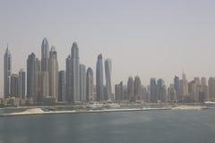 Дубай, пляж с взглядом небоскребов стоковая фотография rf