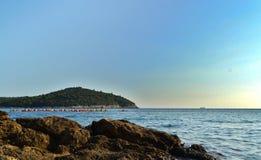 Дубровник/Хорватия - 9-ое сентября 2014: Группа людей сплавляется на каяке в заливе Дубровника стоковое изображение