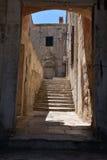 Дубровник, Хорватия, узкий переулок в старом городе Стоковые Фото