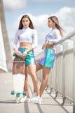 Дублирует женский представлять моделей внешний Стоковые Фотографии RF