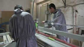 Дублирует работников режа древесину в мастерской плотника с круглой пилой таблицы сток-видео