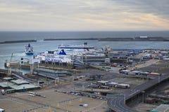 ДУВР, Великобритания - 12-ое апреля 2014 - получили, что план построил порт Дувра, самый занятый порт Англии третий стержень Стоковая Фотография