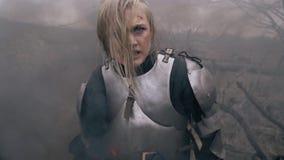 Дуга ` Jeanne d стоит в дыме и выкрикивает свирепо акции видеоматериалы