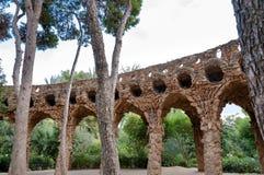 Дуги и деревья Viaducto в парке Guell на Барселоне Стоковые Изображения RF