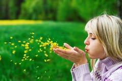 дует девушка цветка с лепестков Стоковые Изображения