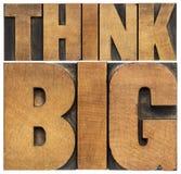 Думайте большой в деревянном типе стоковое изображение