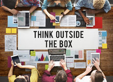 Думайте вне идей творческих способностей коробки представьте концепцию стоковое фото rf