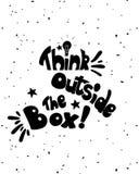 Думайте вне каллиграфии коробки черно-белый вдохновляющий мотивационный плакат Стоковое Изображение