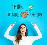 Думайте вне коробки при молодая женщина смотря вверх стоковые изображения rf