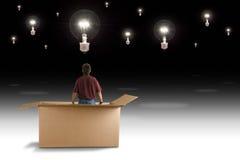 Думайте вне человека коробки видит много лампочек идеи стоковая фотография rf