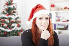 Думать девушки волос молодого рождества красный Стоковые Фотографии RF
