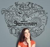 Думать женщины усмехаясь ее летних каникулов бесплатная иллюстрация