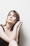 Думать задумчивой женщины сидя Стоковые Фотографии RF