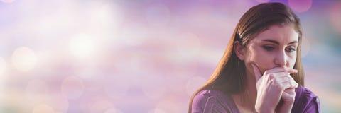 Думать и потревоженная женщина с сверкная светлым переходом bokeh стоковые фото