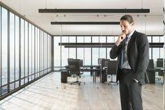 думать офиса бизнесмена стоковые изображения