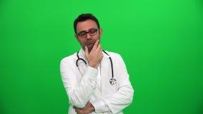 Думая доктор на зеленой предпосылке сток-видео