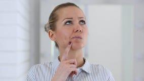 Думая женщина в офисе Стоковое Изображение