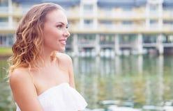 Думая женщина озером Стоковая Фотография