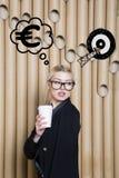 Думая женщина смотря вверх на деньгах подписывает внутри цель пузыря и эскиза Концепция денег на предпосылке дизайна с лампами стоковое фото rf