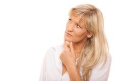 Думая зрелая женщина смотря вверх изолированный стоковая фотография rf