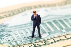 Думая изображение бизнесмена и Белого Дома на банкноте доллара США Стоковое Изображение RF