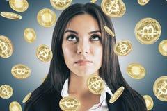 Думая коммерсантка с bitcoins стоковое фото rf