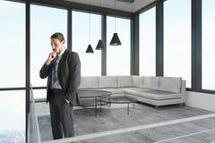 Думая молодой бизнесмен в офисе стоковые фотографии rf