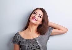Думая ослаблять состава красивый женский модельный и смотреть вверх Стоковое Изображение RF