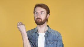 Думая человек Redhead получил новую идею, желтую предпосылку