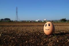 Думая яичко стоя на поле почвы Стоковые Фото