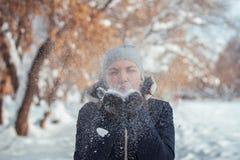 Дуновение девушки на снеге Стоковые Фотографии RF