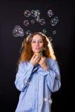 дуньте волосы девушки пузырей красной стоковые фотографии rf