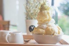 Дуриан десерта Bingsoo или Bingsu Кореи служил с услащенным отбензиниванием сконденсированного молока с конфетой хлопка Стоковые Фото