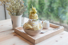 Дуриан десерта Bingsoo или Bingsu Кореи служил с услащенным отбензиниванием сконденсированного молока с конфетой хлопка Стоковая Фотография RF