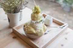 Дуриан десерта Bingsoo или Bingsu Кореи служил с услащенным отбензиниванием сконденсированного молока с конфетой хлопка Стоковые Фотографии RF