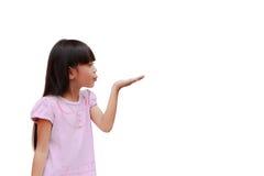 Дуть маленькой девочки стоковые фото