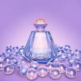Дух в стеклянные бутылки и жемчуг отбортовывает на сирени Стоковое Изображение RF