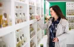 Дух девушки покупая в бутике благоуханием Стоковые Фотографии RF