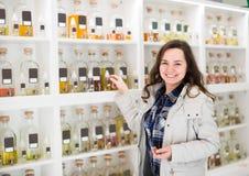 Дух девушки покупая в бутике благоуханием Стоковое Изображение RF