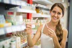 Дух девушки покупая в торговом центре Стоковая Фотография