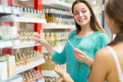 Дух девушки покупая в торговом центре Стоковая Фотография RF