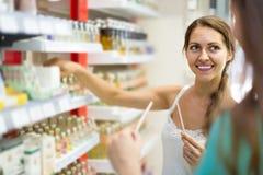 Дух девушки покупая в торговом центре Стоковое фото RF