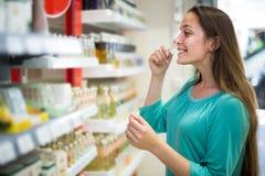 Дух девушки покупая в торговом центре Стоковое Изображение RF