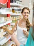 Дух девушки покупая в торговом центре Стоковые Фотографии RF