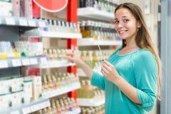 Дух девушки покупая в торговом центре Стоковые Изображения