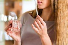 Дух женщины покупая в магазине или магазине Стоковые Изображения RF