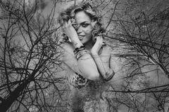 Дух природы, божество, красивая женщина с зелеными волосами в золотом Стоковая Фотография RF