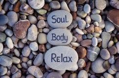 Душа, тело и Relax слов написанные на камнях Стоковое Фото